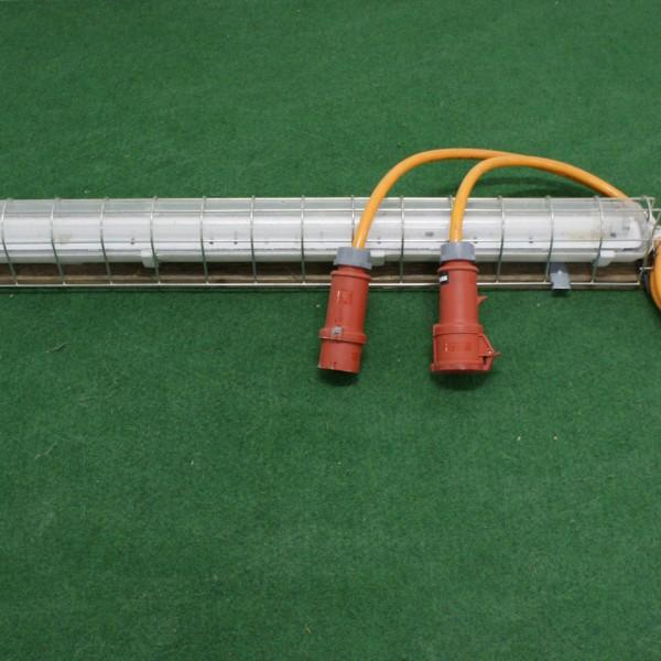 FL-Armatur auf Brett mit Schutzgitter